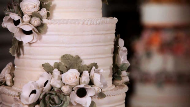 ZP. How to Arrange Sugar Paste Flowers on a Cake Promo Image