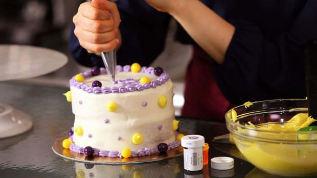 ZI. How to Write on a Birthday Cake with Frosting Promo Image