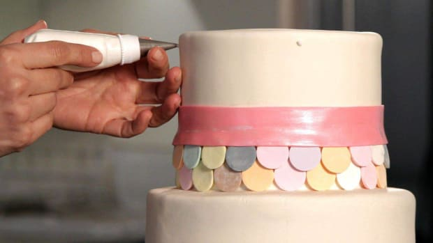 J. How to Do a Swiss Dot Pattern on a Wedding Cake Promo Image