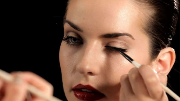 M. How to Use an Eyeliner Makeup Brush Promo Image