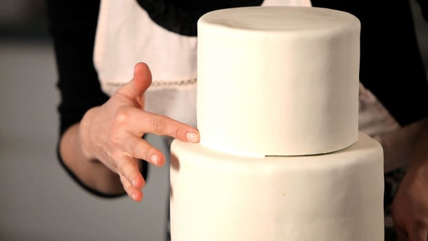 F. How to Hide Seams between Cake Tiers Promo Image