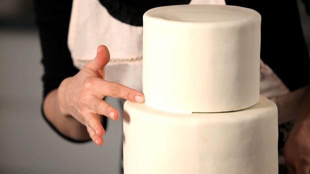 F. How to Hide Seams between Cake Tiers Promo Image