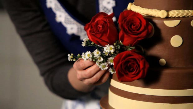 S. How to Decorate a Wedding Cake with Fresh Flowers Promo Image