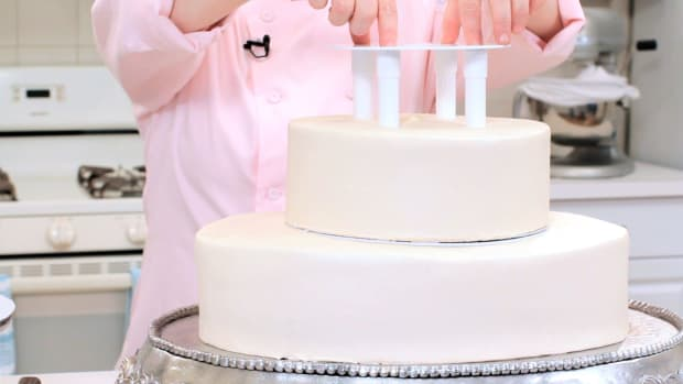 Lesson 7: Foolproof Support for Stacked Cakes Promo Image