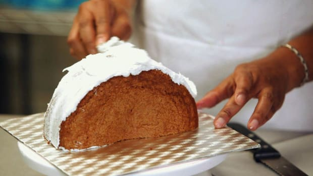 ZF. How to Shape a Purse Cake Promo Image