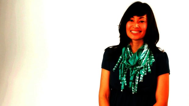 H. How to Pull & Knot Fringe for a No-Sew T-Shirt Scarf Promo Image