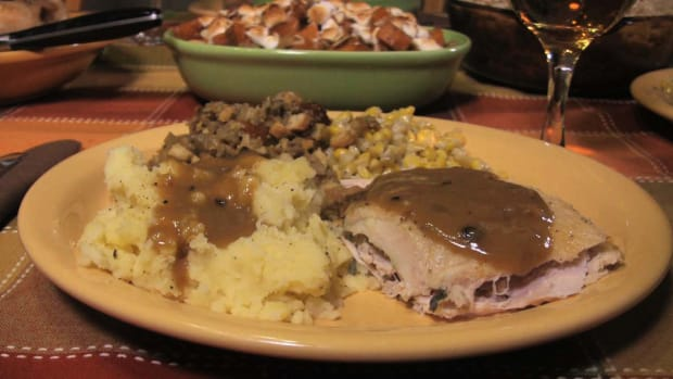 R. How to Make Turkey Gravy Promo Image