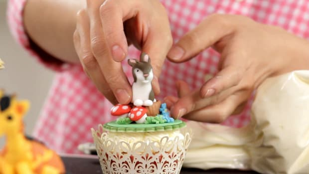 Lesson 9: Attaching Cake Toppers Promo Image