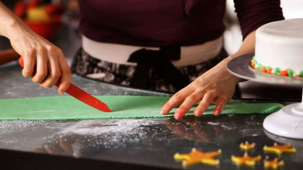 ZE. How to Use Fondant to Decorate a Christmas Cake Promo Image