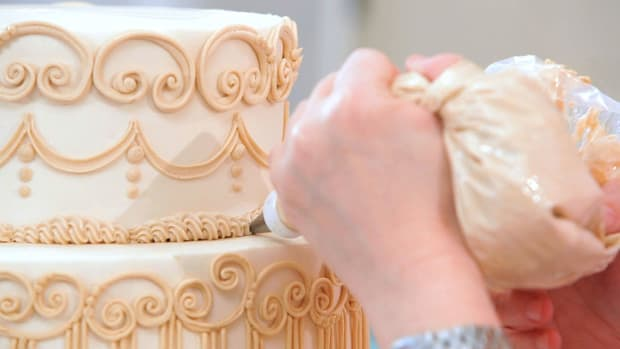 Lesson 10: Piping a Tiered Cake Promo Image