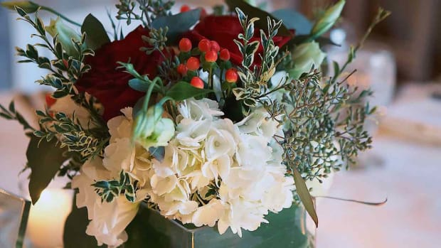 ZM. 8 Tips for Picking Winter Wedding Flowers Promo Image