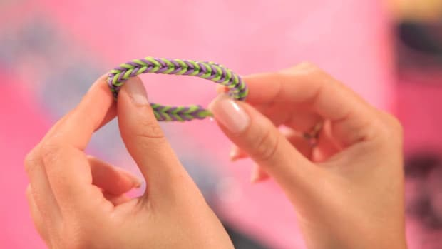 A. How to Make a Rainbow Loom Fishtail Friendship Bracelet Promo Image