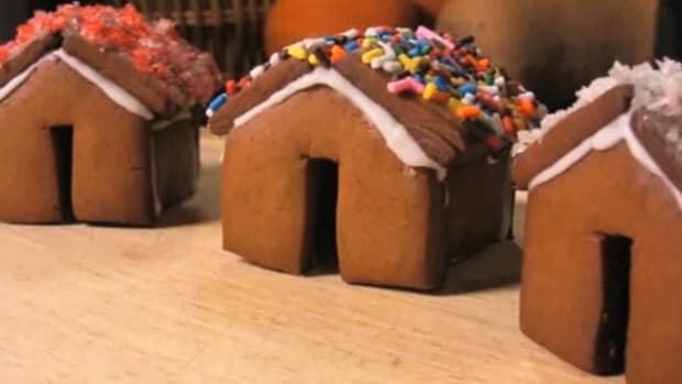 D. How to Make a Gingerbread House for Your Mug Promo Image
