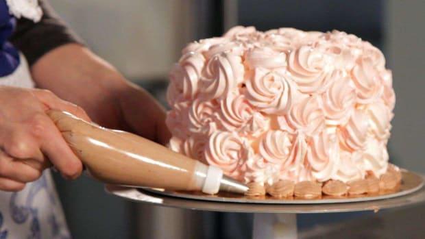 O. How to Do a Clam Shell Trim on a Wedding Cake Promo Image