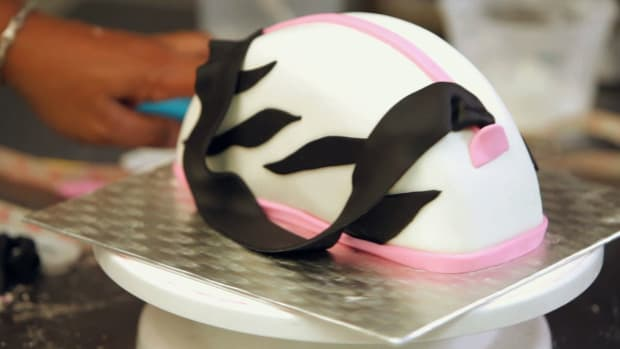 ZJ. How to Decorate a Purse Cake with a Fondant Handle Promo Image