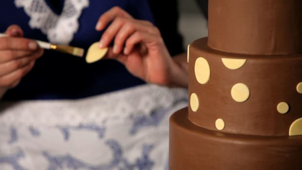 P. How to Do a Polka Dot Pattern on a Wedding Cake Promo Image