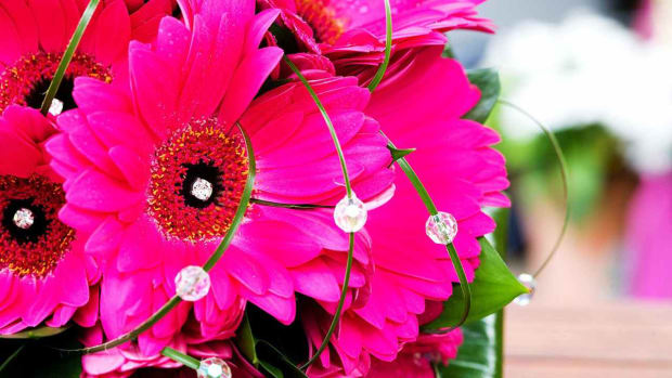 Z. 4 Tips for Creating a Crystal Bead Bridal Bouquet Promo Image