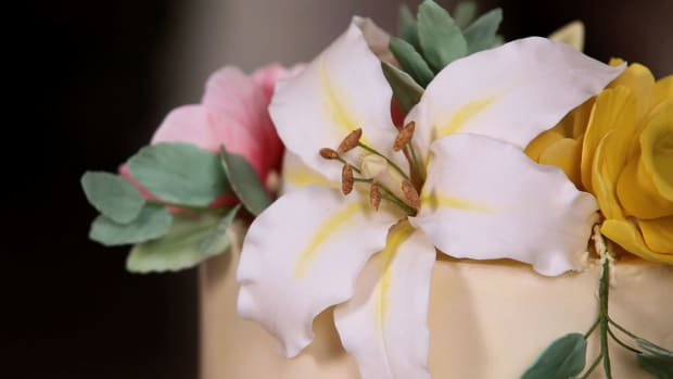 L. How to Make the Center of Casablanca Lily Sugar Paste Flower Promo Image