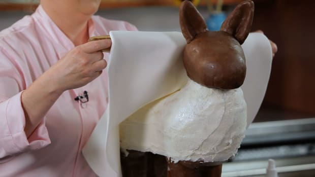 Lesson 6: Covering the Pinata in Fondant Promo Image