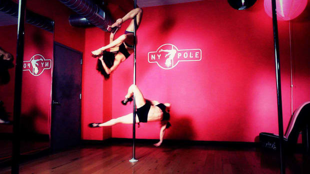 ZD. How to Do an Outside Knee Hang in Pole Dancing Promo Image