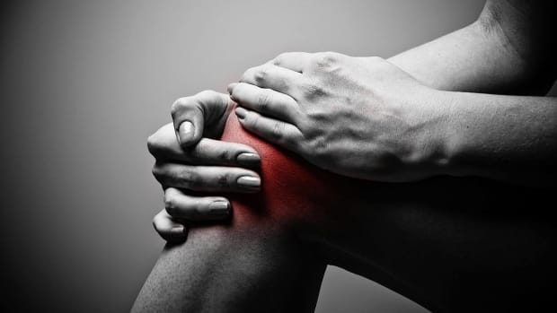ZC. Should I use Ice or Heat to Relieve Knee Pain? Promo Image