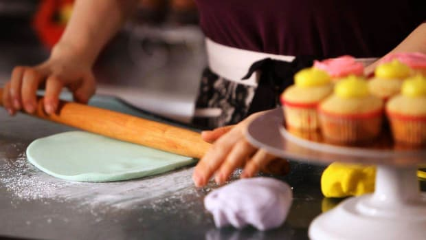 O. How to Put Fondant on Cupcakes Promo Image