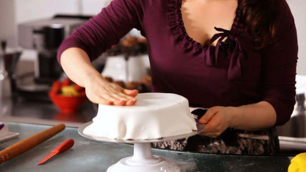 M. How to Smooth & Cover a Cake with Fondant Promo Image