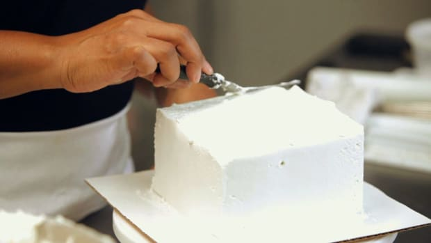 R. How to Frost the Top Layer of a Princess Castle Cake Promo Image