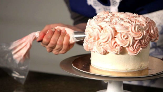N. How to Do a Swirl Design on a Wedding Cake Promo Image