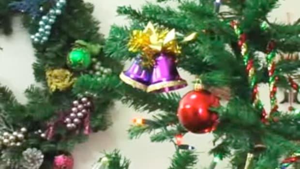 H. How to Make a Christmas Tree Skirt Promo Image