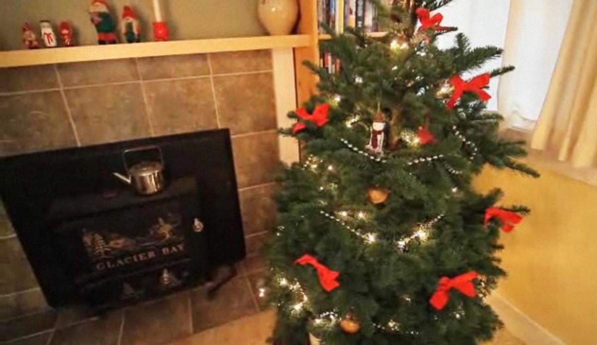 How To Trim A Christmas Tree - Howcast